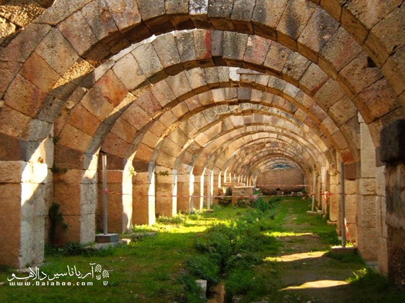 طبق یافتههای باستان شناسی، آگورای ازمیر بازماندههای بازاری است که از دوران امپراتوری روم باستان به یادگار مانده.