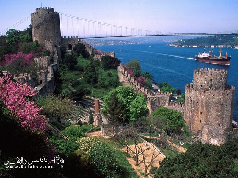 روملی حصار یکی از جاذبههای دیدنی تور استانبول در کشور ترکیه، یادگاری از قرن پانزدهم میلادی.