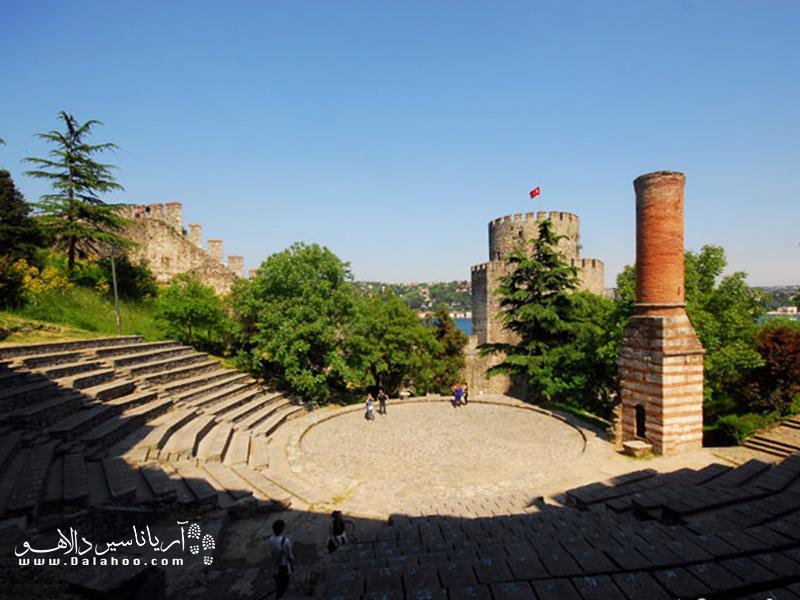 سلطان محمد فاتح برای فتح استانبول تصمیم به ساخت روملی حصار میگیرد. در سفر به ترکیه و در تور استانبول حتما از آن دیدن کنید.