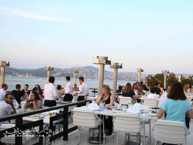 به رستوران کاشی بِیاز (سپید) بروید و از تماشای دورنمای تنگه زیبای بسفر هنگام صرف غذا لذت ببرید.