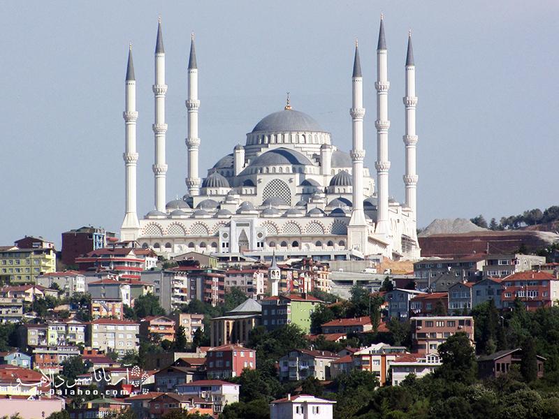 در تور استانبول به بخش آسیایی استانبول بروید تا از بزرگترین مسجد  ترکیه دیدن کنید.