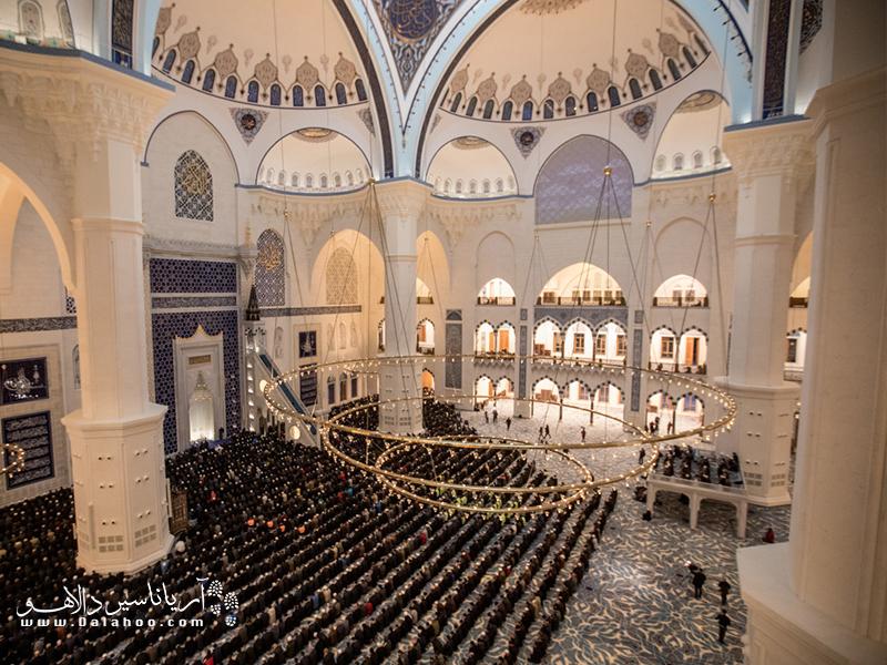 نمایی از فضای داخلی بزرگترین مسجد ترکیه در منطقه چاملیجا ترکیه.