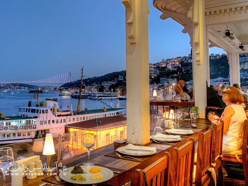 آرناووت کوی یکی از محلههای کنار بسفر است که تفریحات شبانه مانند رستورانگردی در آن رواج دارد.