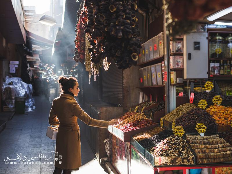 در سفر به استانبول گشتی در بازارهای هفتگی استانبول بزنید. حال و هوای زندهای دارد.