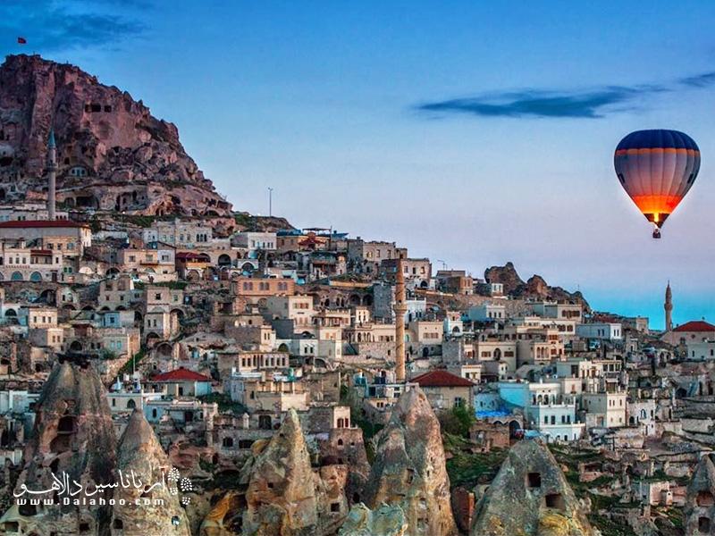 روستای اوچ حیصار و نمای قلعه آن.