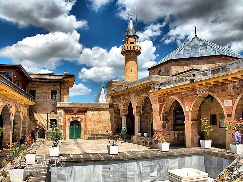 بازدید  از حاجی بکتاش یکی از جاذبههای گردشگری کاپادوکیه ترکیه است که به جز بالن سواری در کاپادوکیه میتوانید انجام دهید.