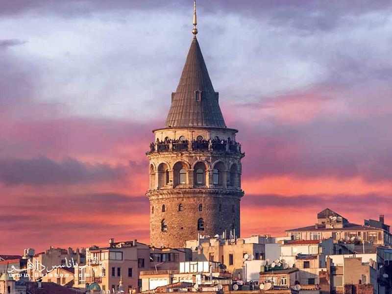 در محله بی اغلو، برجی به نام برج گالاتابه جا مانده از دوران قرون وسطی دیده میشود که نماد شهر استانبول به شمار میرود.
