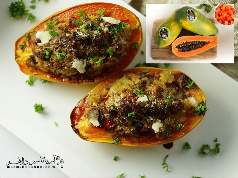 پاپایا میوهای گلابیشکل است اما بزرگتر با دانههایی سیاهرنگ. این میوهی پرخاصیت طعمی شیرین و خوشمزه دارد. پاپایا در انواع مختلفی سرو میشود که پاپایای کبابی تند یکی از آنهاست.