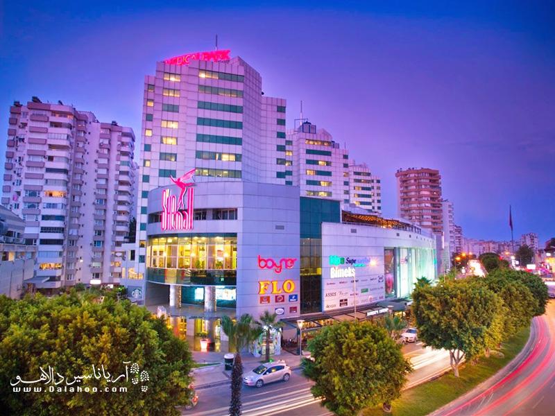 در مرکز خرید شیمال برندهای پوشاک و اکسسوری معتبر دنیا و ترکیه حضور دارند.