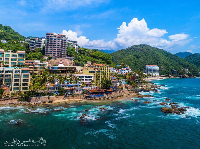 در کانکون، یکی از شهر های توریستی محبوب مکزیک، از قدم زدن سواحل بکر و طلایی لذت ببرید.