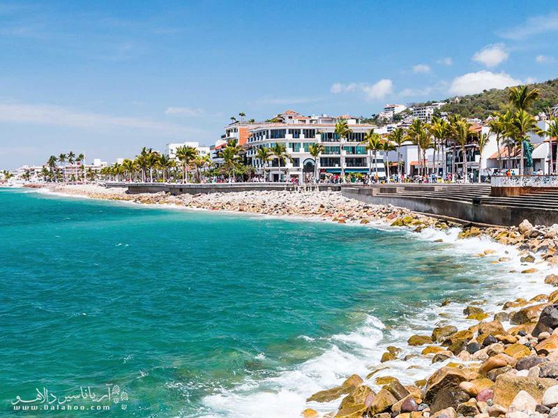 در سواحل گرم و آفتابی پورتو والارتا، انواع تفریحات از تماشای دلفینها تا پاراگلایدر در اختیار شماست.