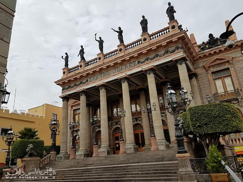 معماری تئاتر سلطنتی این شهر شگفتانگیز است.