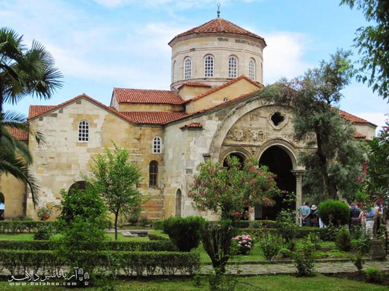 مسجد ایاصوفیه ترابزون، نمایانگر معماری بیزانسی قرن 13 است.