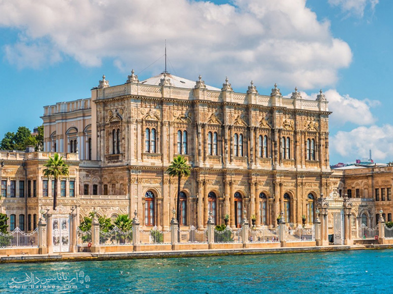 زیباییهای تنگه بسفر ثروتمندان امپراتوری عثمانی را مجاب کرده بود تا کاخهایی بر کرانه این تنگه زیبا بنا کنند.