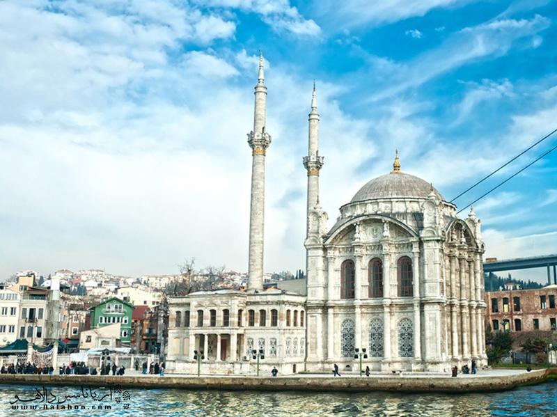 این مسجد نمونهای  از سبک معماری باروک در استانبول است.