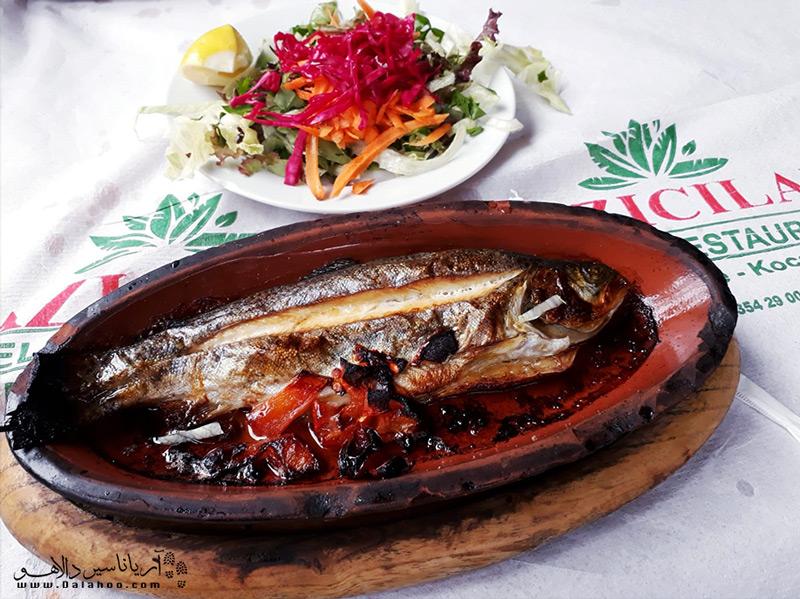معروفترین غذایی که میتوانید در ساپانجا میل کنید ماهی قزلآلا است.