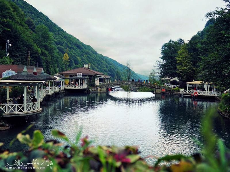 مهمترین مزیت اقامتگاههای ساپانجا این است که اکثر آنها منظرهای جذاب رو به دریاچه و جنگل دارند.