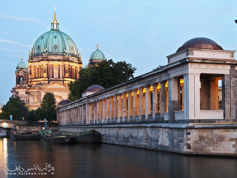 برلین شهری بزرگ با جاذبههای دیدنی فراوان است.