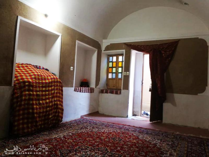 اتاقهای کاهگلی اقامتگاه خاطره مصر